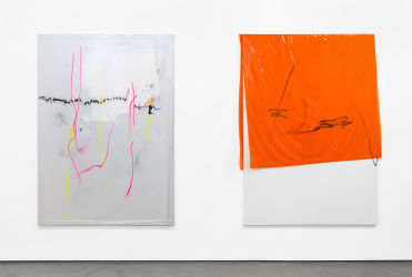 , 185 x 130 cm, 2013 und <em>151001</em>, 185 x 135 cm, 2015, beide Lack, Acryl, Lackspray, Folie auf Leinwand, installation view <em>CMYK</em>, FOLD gallery, London, 2016