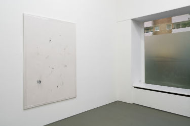 <em>spreadsheet</em>, 185 x 130 cm, Acryl, Lack, Lackspray, Folie auf Leinwand, installation view Åplus, Berlin 2017