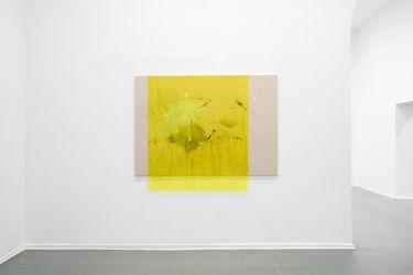 <em>thirdness</em> 130 x 185 cm, Acryl, Lack, Lackspray, Folie auf Leinwand, installation view Kunstquartier Bethanien, Berlin 2017, photo: Henrik Strömberg