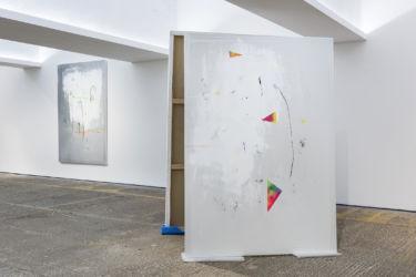 <em>labo(rat)ori</em>, 185 x 130 cm und 200 x 135 cm, beide: Acryl, Lack, Lackspray, Folie auf Leinwand, installation view PMAM, London 2017
