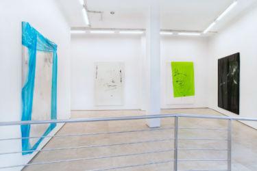<em>NONSYNONYMOUS</em>, je ca. 240 x 160 cm, Acryl, Lack, Lackspray, Folie auf Leinwand, installation view KERNEL, Cáceres, Spanien 2018